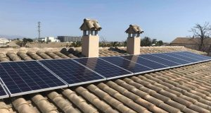 Instalación de autoconsumo fotovoltaico, conectada a la red interda de la vivienda sin inyección de excedentes en la red y acumulación de los excedentes de producción fotovoltaica con baterías de litio.