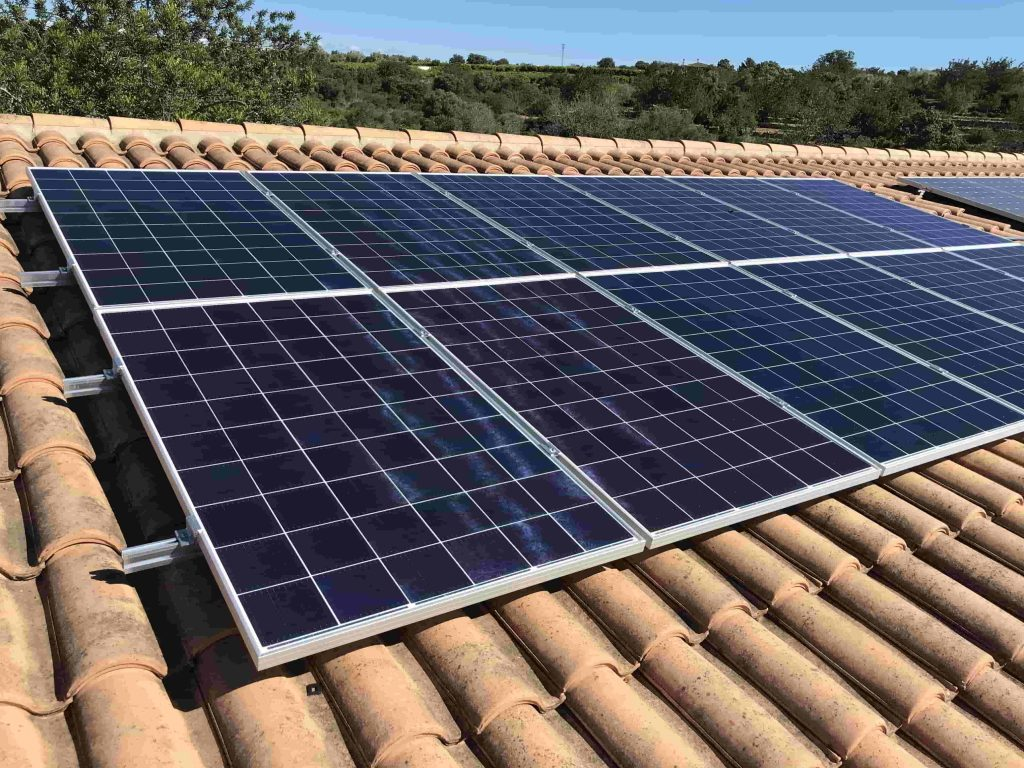 Instal·lació fotovoltaica aïllada 3.36kWp, amb bateries de liti 10kWh d'acumulació