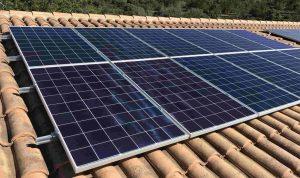 Instal·lació fotovoltaica aïllada 3.36kWp, amb bateries de liti 10kWh d'acumulació.